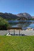 岸に居心地の良いベンチ — ストック写真