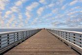 桟橋で孤独な観光 — ストック写真