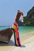 Le bateau natif orné de rubans de soie — Photo