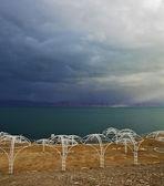 Os dosséis de praia na costa deserta — Foto Stock