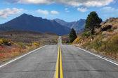Droga prowadzi przez pustynię — Zdjęcie stockowe