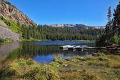 Piccole imbarcazioni in un lago di montagna — Foto Stock