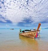 Un longtail bateau native décoré a chuté une ancre — Photo