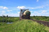 Nákladní vlak u železničního mostu — Stock fotografie