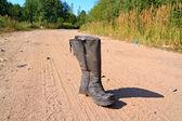 Vecchio boot sulla sabbia strada rurale — Foto Stock