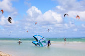 Kitesurfing on the coast of Cuba. Cayo Guillermo in Atlantic Oce — Stock Photo