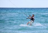Mann fährt, seine Kiteboard. Cayo Guillermo im Atlantischen Ozean. — Stockfoto