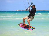 Man in a flight over water. Kitesurfing on the coast of Cuba. — Foto Stock