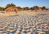 Umbrellas of straw. Playa Sirena. Cayo Largo. Cuba. — Stock Photo