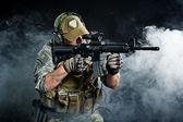 Een soldaat in de rook na de explosie — Stockfoto