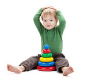 Small baby with a toy pyramid — Stockfoto