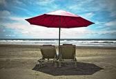 红海滩伞和白色的沙滩上的躺椅。关于热带天堂 — 图库照片