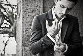 Retrato de close-up de um bonito jovem homem em traje ao ar livre. — Foto Stock