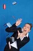 Spaventato imprenditrice con carta bancaria che cadono — Foto Stock