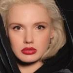 Ritratto di bella donna a cape — Foto Stock