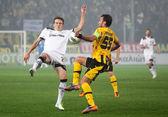 Afirmando la pelota entre los jugadores de equipos de fútbol — Foto de Stock