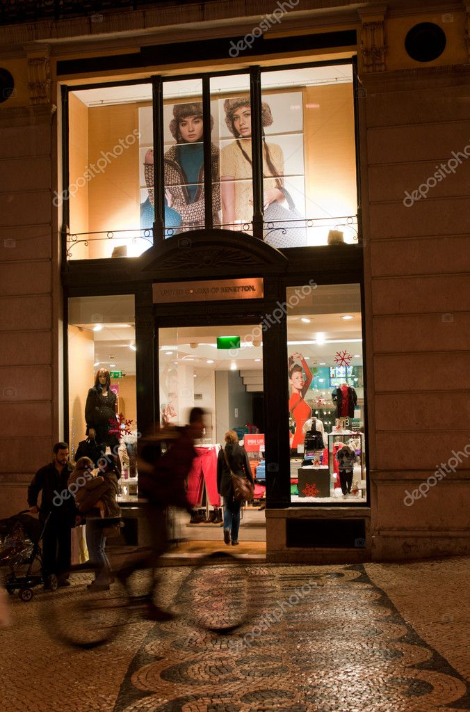 LISBON, PORTUGAL - DECEMBER 19: cyclist passing by at Benetton Boutique on December 19, 2011 in Lisbon, Portugal — Stock Photo #8445541