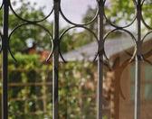 庭院和花园从一个窗口与链篦机看 — 图库照片