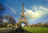 Curves of the Eiffel Tower under blue sky at shiny Winter mornin — Stock Photo