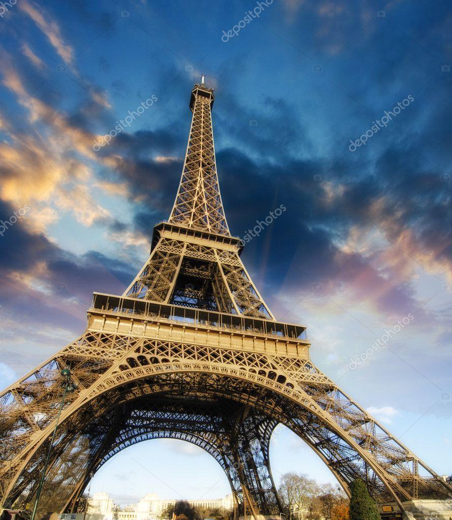 漂亮的照片的埃菲尔铁塔在巴黎与华丽的天空