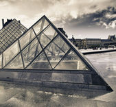 Barvy oblohy nad muzeum louvre — Stock fotografie