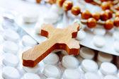Cruz de madeira em pacotes de comprimidos — Fotografia Stock