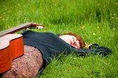 сладкая женщина отдых на траве — Стоковое фото
