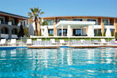 Swimming pool by a beach at the modern luxury hotel, Pieria, Gre — Stockfoto