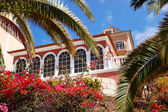 Luxury hotel decorated with flowers and palm's fronds, Tenerife — Stock Photo