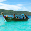KOH PHI PHI, THAILAND - SEPTEMBER 13: Traditional Thai motor boa — Stock Photo