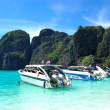 KOH PHI PHI, THAILAND - SEPTEMBER 13: Motor boats on turquoise w — Stock Photo #8585594