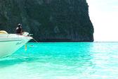 KOH PHI PHI, THAILAND - SEPTEMBER 13: Motor boat on turquoise wa — Stock Photo