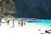 Koh phi phi, Tajlandia - 13 września: plaża z turystów i mo — Zdjęcie stockowe