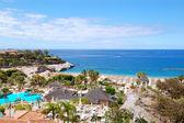 Bir plaj ve lüks otel, tene açık restoran görüntüleme — Stok fotoğraf