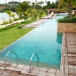 Modern swimming pool with a beach view at the luxury hotel, Phuk — Foto de Stock
