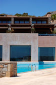Swimming pool at modern luxury hotel, Crete, Greece — Stock fotografie