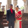 "POLONNARUWA - OCTOBER 16: ""Just married"" couple in traditional c — Stock Photo"