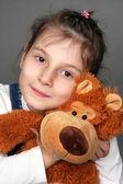 La jeune fille avec un ours — Photo
