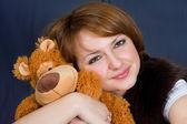 Das mädchen mit einem bären — Stockfoto