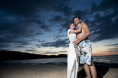Paar jungen Liebenden am Strand — Stockfoto