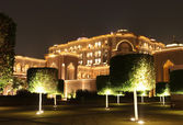 Emirates Palace Garden in the night — Stock Photo