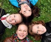 Jóvenes amigos sonriendo felices — Foto de Stock
