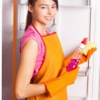 Girl cleaning kitchen — 图库照片