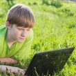 Junge mit laptop — Stockfoto