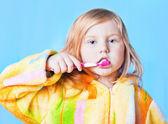 Klein meisje denken terwijl wassen tanden — Stockfoto
