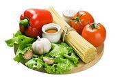 Spaghetti and fresh vegetables — Stock Photo