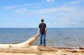 Junger Mann in der Nähe des Meeres — Stockfoto