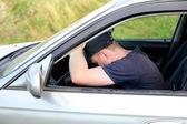 Mann einschlafen im Auto — Stockfoto