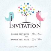 Gelin ve damat kostümleri iki sevimli kuş ile düğün davetiyesi — Stok Vektör