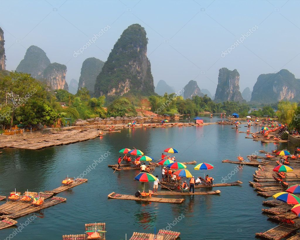 Local boatmen gather at Lijiang River banks for arrival of thousands tourists, October 7, 2007 in Guilin, China — Stock Photo #8393805